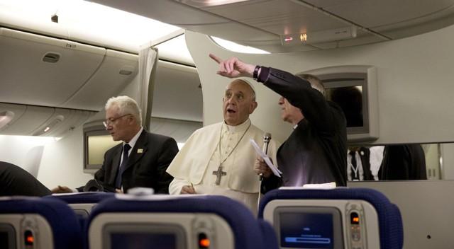 O papa Francisco no avião voltando ao Vaticano.