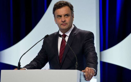 O candidato Aécio Neves no debate desta segunda.