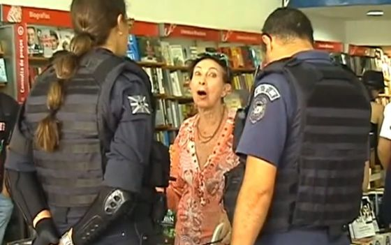 A ré abordada por policiais em Curitiba, após insultos xenófobos. / REPRODUÇÃO