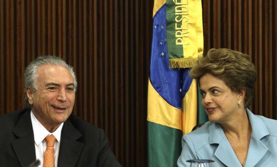 Cunha adia decisão de impeachment para que oposição reforce pedido