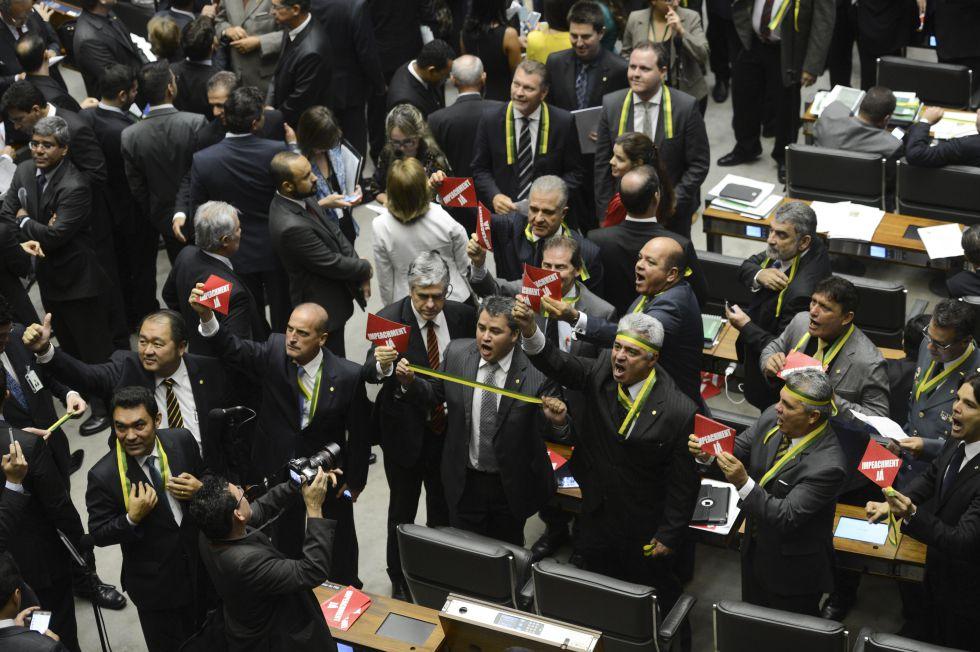 Impeachment avança na Câmara em meio ao caos político e jurídico