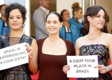 Elenco de 'Aquarius' protesta contra impeachment em Cannes