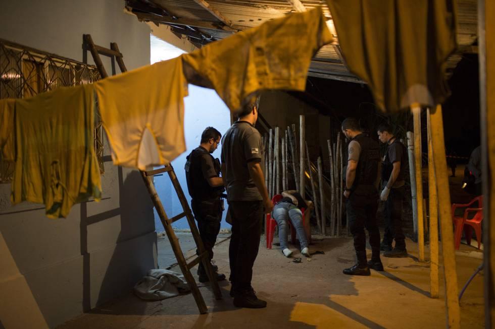 A líder comunitária Aga Lopes Pinheiro era pré-candidata em Magé. Morreu com vários tiros em um bar próximo de sua casa, sendo a mais recente vítima de assassinatos com supostos vínculos políticos. No caso de Aga, de 49 anos, a polícia suspeita de que o tráfico pode ser responsável por sua morte.