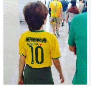 Camiseta da seleção com o nome de Neymar riscado, substituído pelo nome de Marta.