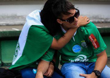 507438160 Acidente de Avião Chapecoense · O tributo à Chapecoense nas redes sociais