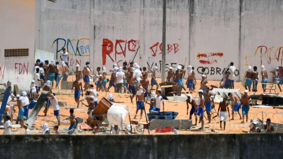 O momento em que os detentos entram em confronto em Alcaçuz.