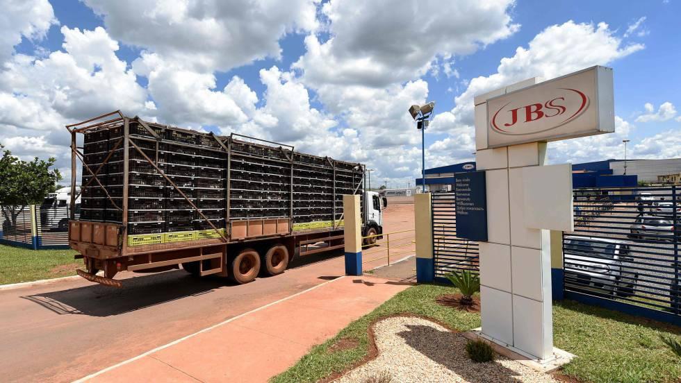 Caminhão com frango chega a unidade da JBS-Friboi próximo a Brasília.