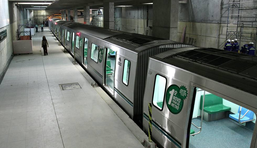 Trem da linha 2-Verde em estação ainda em obra, em foto de 2007.