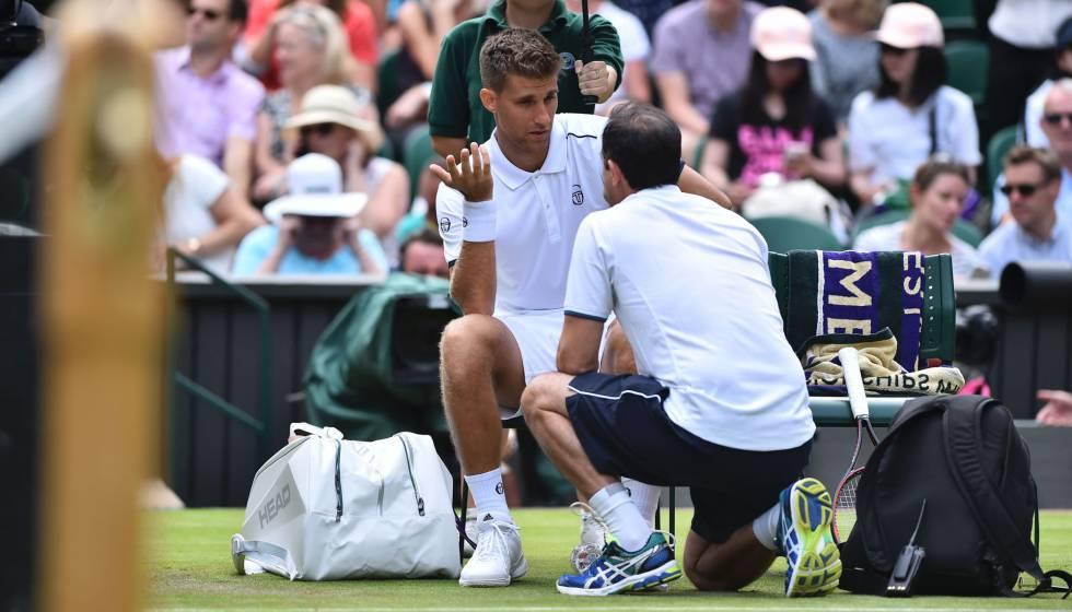 35923fc0225 Klizan é atendido durante a partida contra Djokovic.