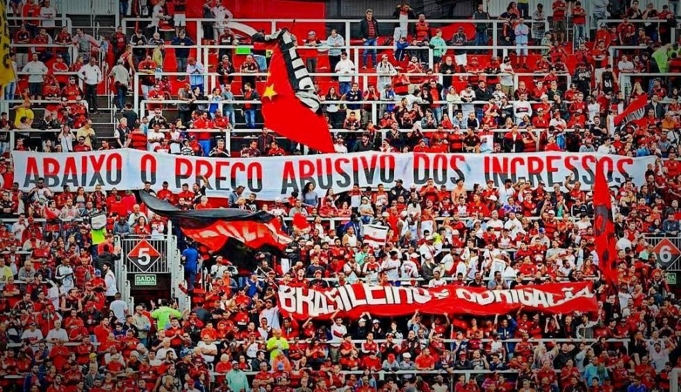 Torcida do Flamengo protesta contra ingressos caros na Ilha do Urubu.