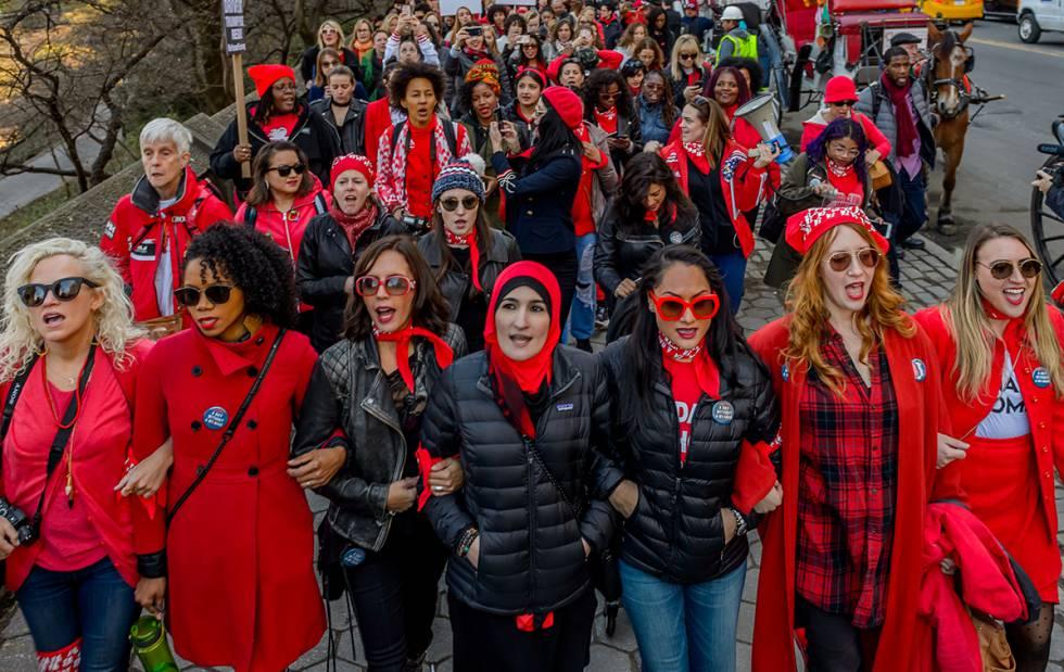 Nova York se tingiu de vermelho no dia 8 de março, Dia Internacional da Mulher.
