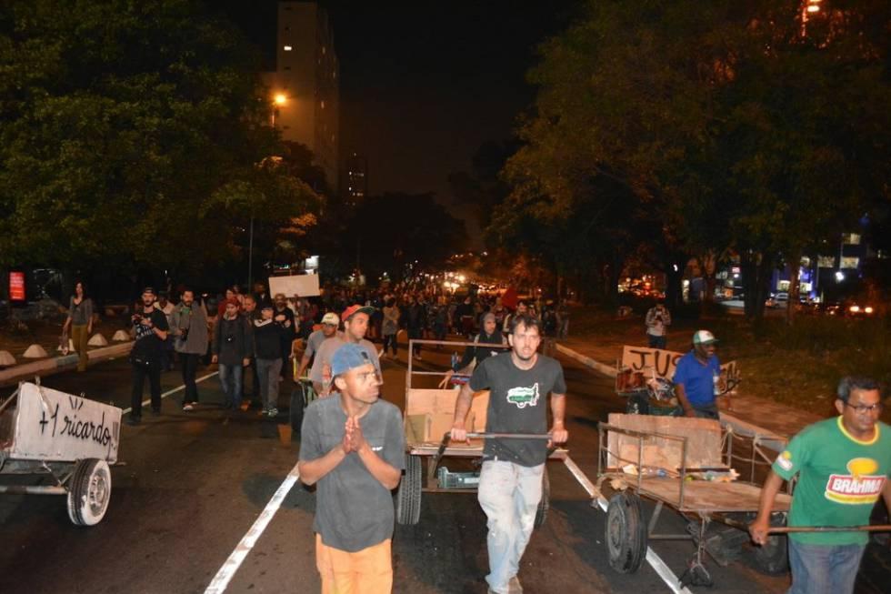 Moradores de Pinheiros e catadores fizeram uma manifestação contra o assassinato de Ricardo Nascimento no dia seguinte ao crime