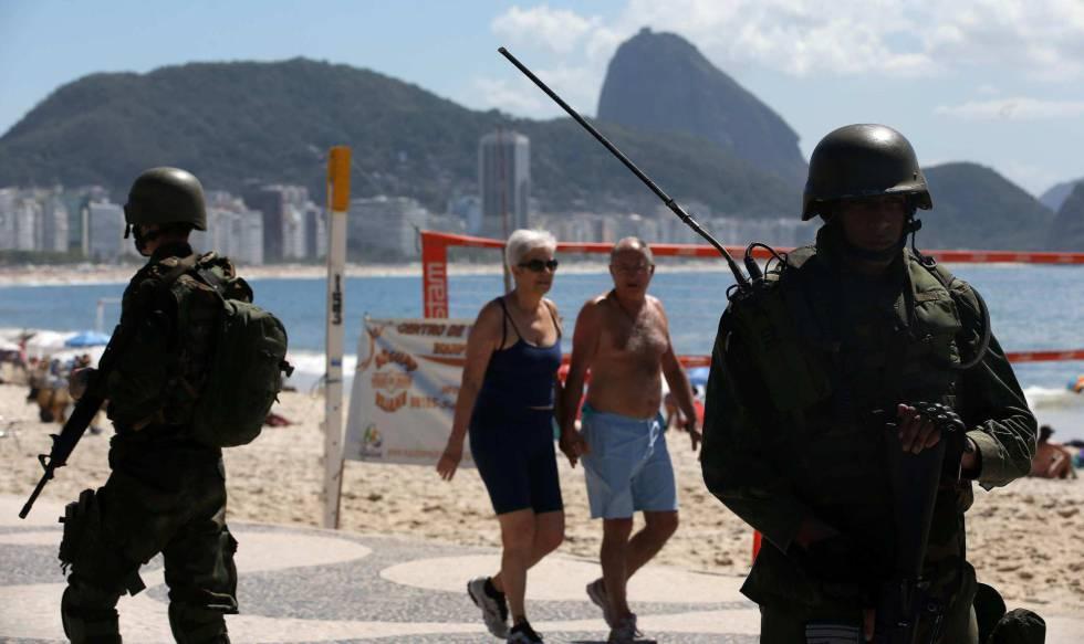 Exército patrulha as ruas do Rio de Janeiro