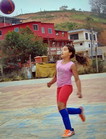 Atacante, Maria Alice joga em time masculino desde os sete anos.