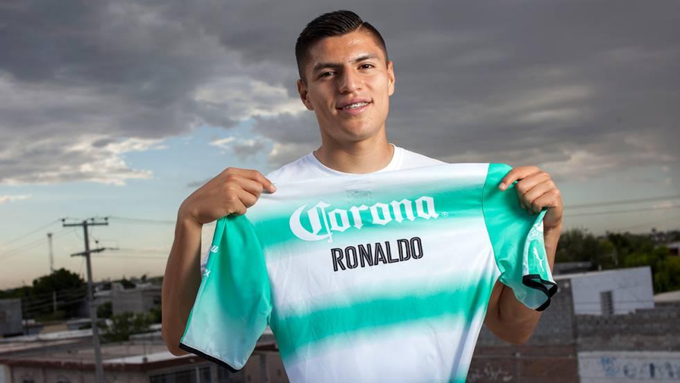 Ronaldo Cisneros posa com sua camiseta do Santos Laguna. Carlos Juica df075f32ac1d3