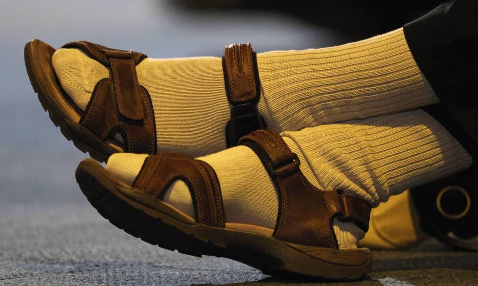 Sandália com meia: uma história de utilidade e mau gosto