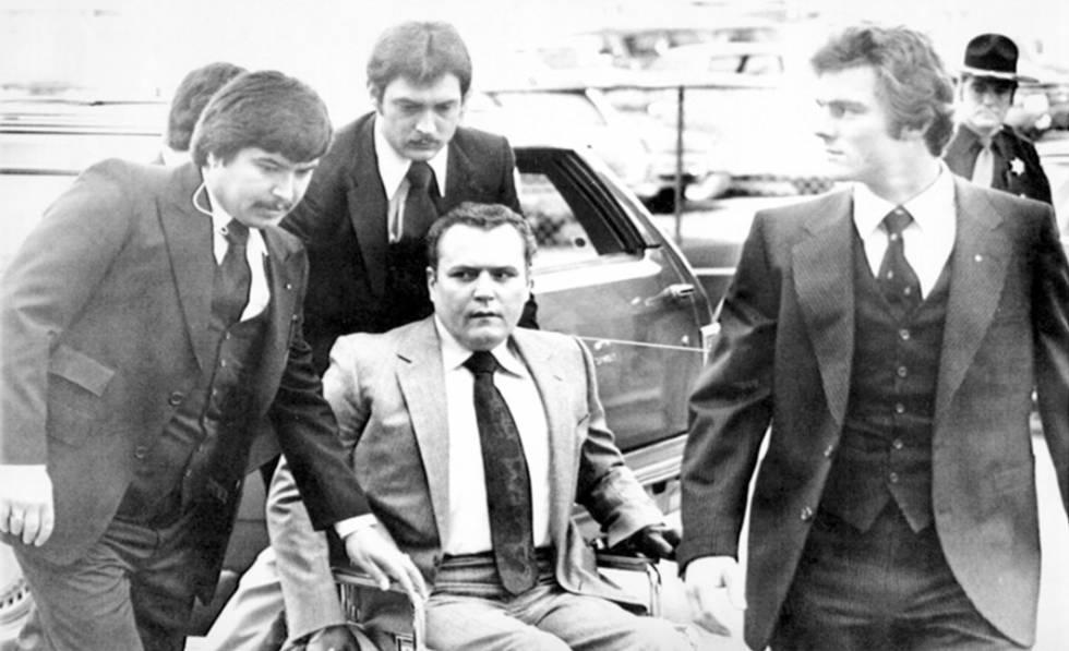 Um supremacista branco atirou em Larry Flynt em 1978 na entrada de um dos inúmeros tribunais que enfrentou como dono e máximo responsável pela revista pornográfica 'Hustler'. Flynt está desde então em uma cadeira de rodas, por causa das lesões provocadas pelos disparos