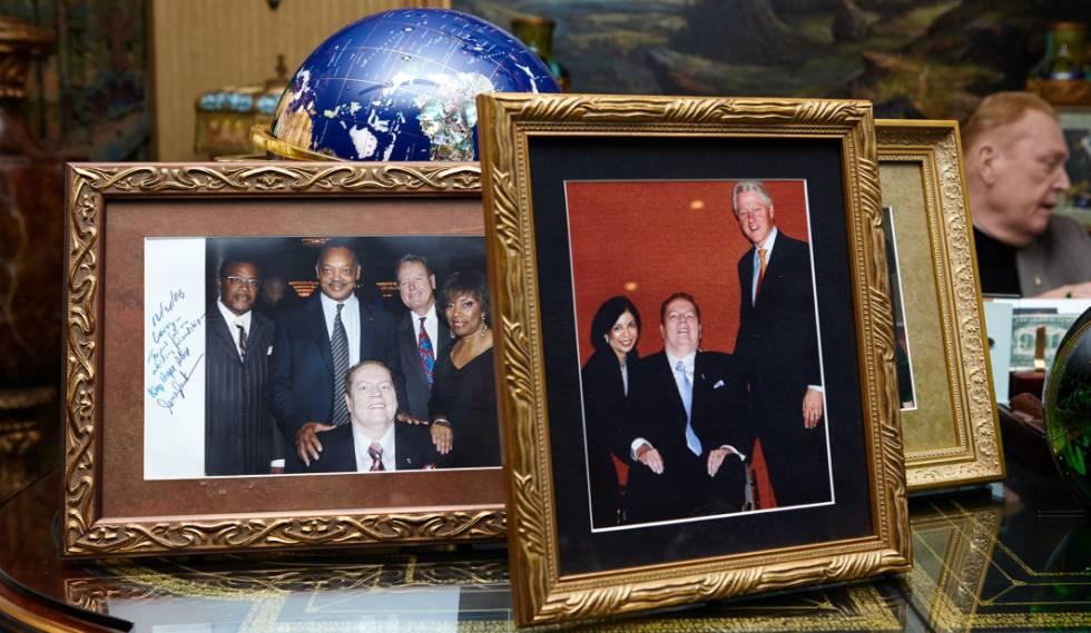 Fotografias em seu atual escritório, que mostram encontros com celebridades como Bill Clinton e o reverendo Jesse Jackson.