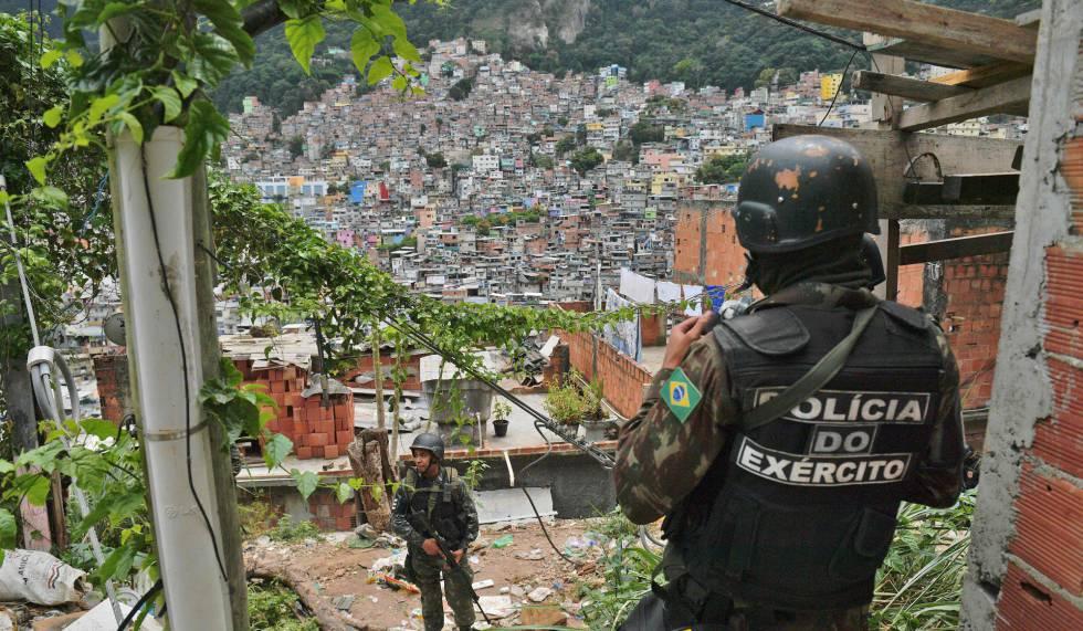 Soldados patrulham a favela da Rocinha.
