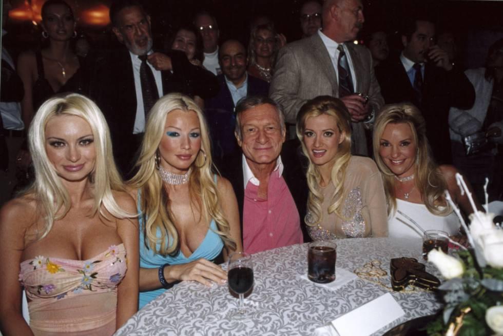 Hugh Hefner, com algumas das mulheres que moravam com ele
