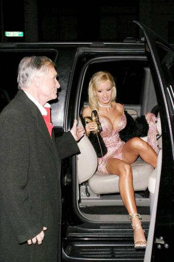 Hugh Hefner chega com uma 'playmate' à festa