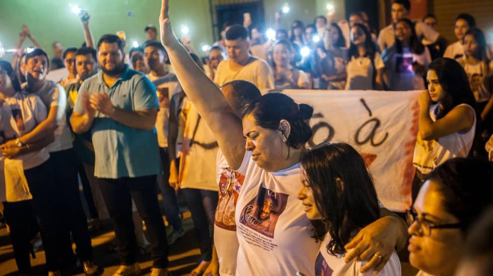Málaque Mauad Soberay, de braço erguido, durante manifestação pela paz ocorrida em 5 de outubro, em Altamira, no Pará