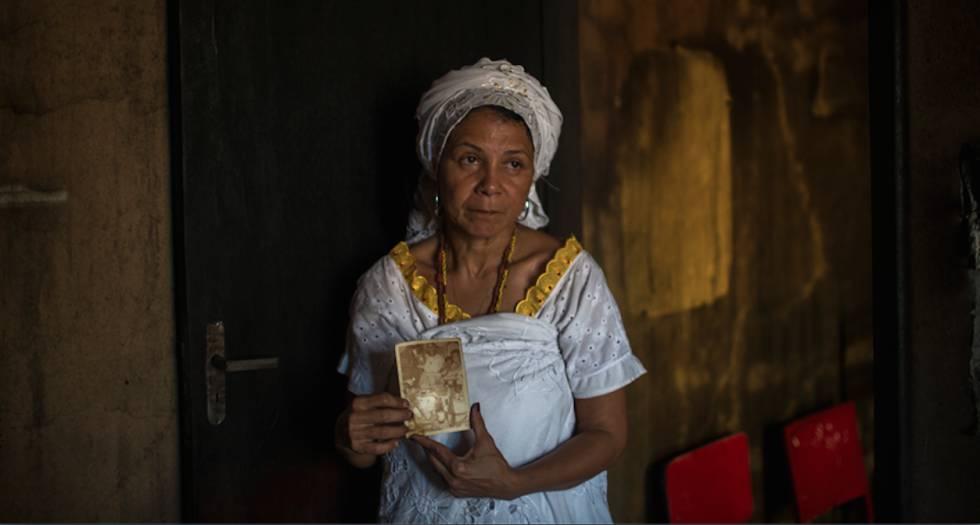 La madre Merinha asegura una de las fotos que sobró del incendio