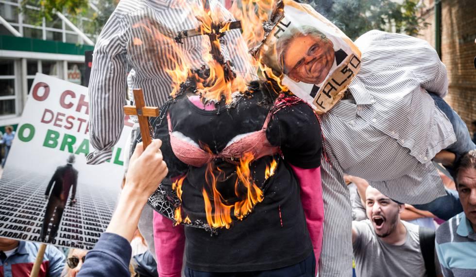 Manifestantes colocam fogo em bonecos de Judith Butler, FHC e George Soros.