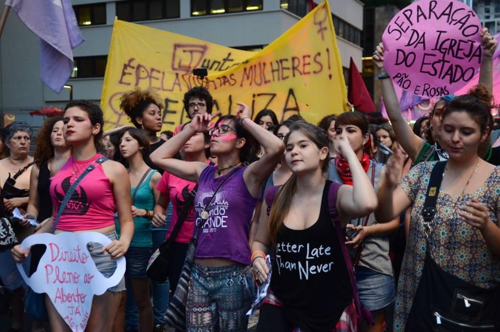 Bancada evangélica converte proposta pró-mulher em projeto antiaborto