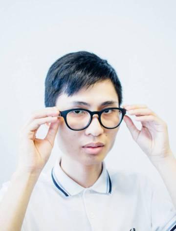 O óculos emite uma vibração que, em contato com um osso de seu crânio, faz com que a escute dentro da cabeça