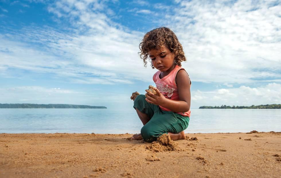 Ivanilson da Conceição Gil, de 4 anos, foi uma das crianças ribeirinhas que ajudou a desenterrar os filhotes atrasados e levá-los até o rio