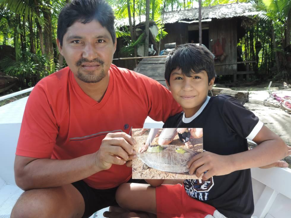 Seu Valdo e o filho, moradores do Marajó, segurando a foto de Angelina,