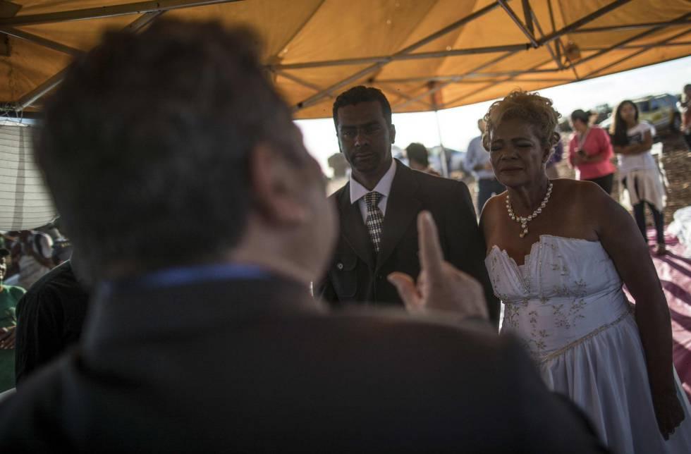 Deoclides e Valdineide se casam em tenta improvisada no Lixão da Estrutural nesta quinta-feira.