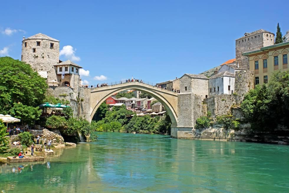 Stari Most, a ponte velha do centro histórico de Mostar, chegou a ser destruída na Guerra da Bósnia em 1993, mas foi reconstruída e reaberta em 2004.