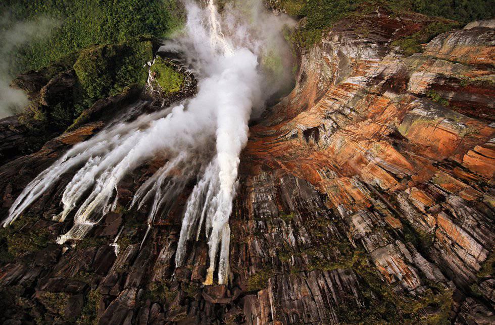 Salto Ángel ou Cataratas Ángel, no sudoeste da Venezuela, próxima da fronteira Brasil-Guiana, é considerado o mais alto salto do mundo, com 979 metros de altura.