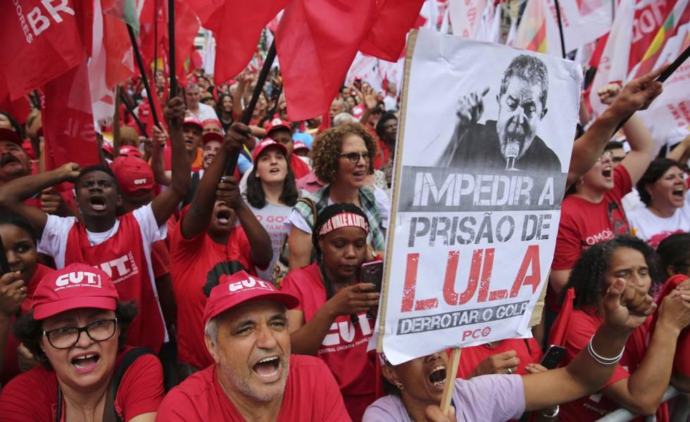 Manifestantes favoráveis a Lula protestam em São Paulo.