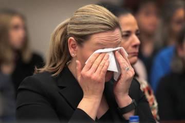 A assistente do procurador geral enxuga as lágrimas ao ouvir um dos depoimentos.