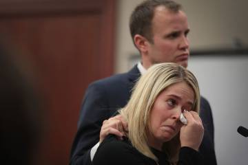 Uma das vítimas é consolada pelo marido ao depor.