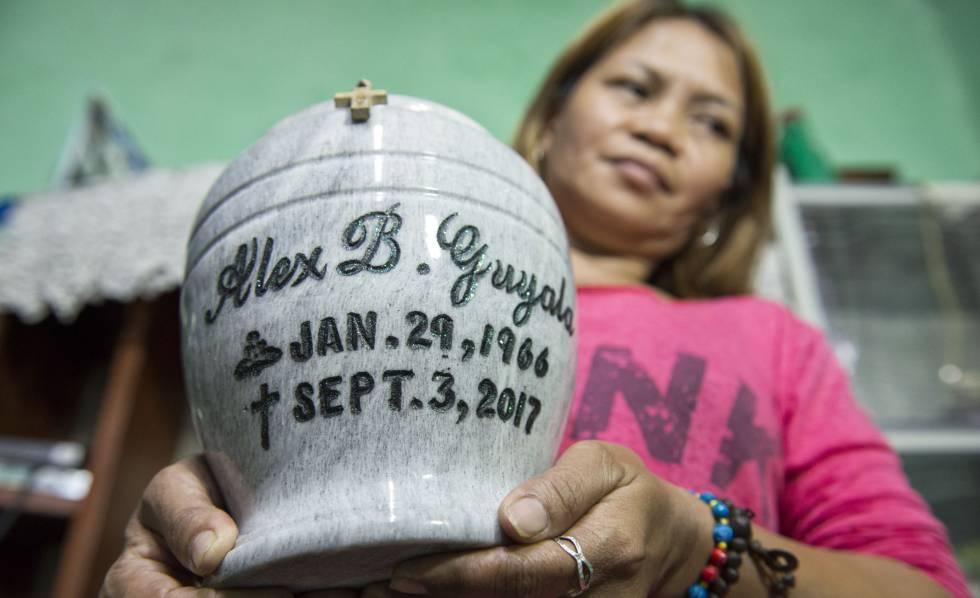Pistoleiros mataram o marido de Rose Guyala por mexer com droga. Agora está sozinha para seguiar adiante com dois filhos em um dos bairros mais pobres de Manila.