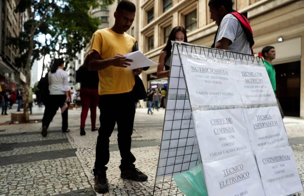 e001fef9e Pessoas procuram vagas de empregos em cartazes no centro de São Paulo.