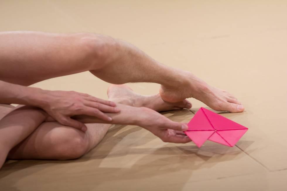 O artista Wagner Schwartz, numa das posições em que seu corpo foi colocado pelo público durante a performance