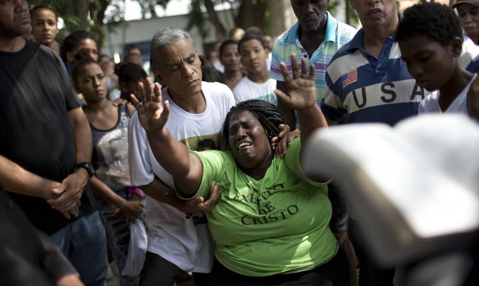 Wania de Moraes chora pela morte do filho de 13 anos.