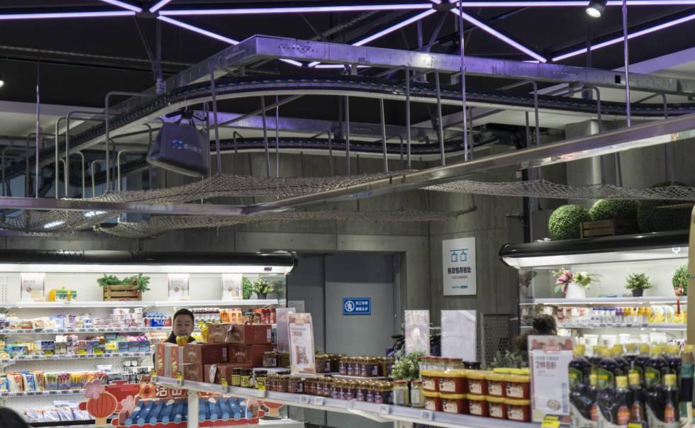 Algunos productos se transportan por el techo de la tienda.  Son artículos destinados al comercio electrónico, que van a un depósito, donde una moto eléctrica los aguarda para entrega