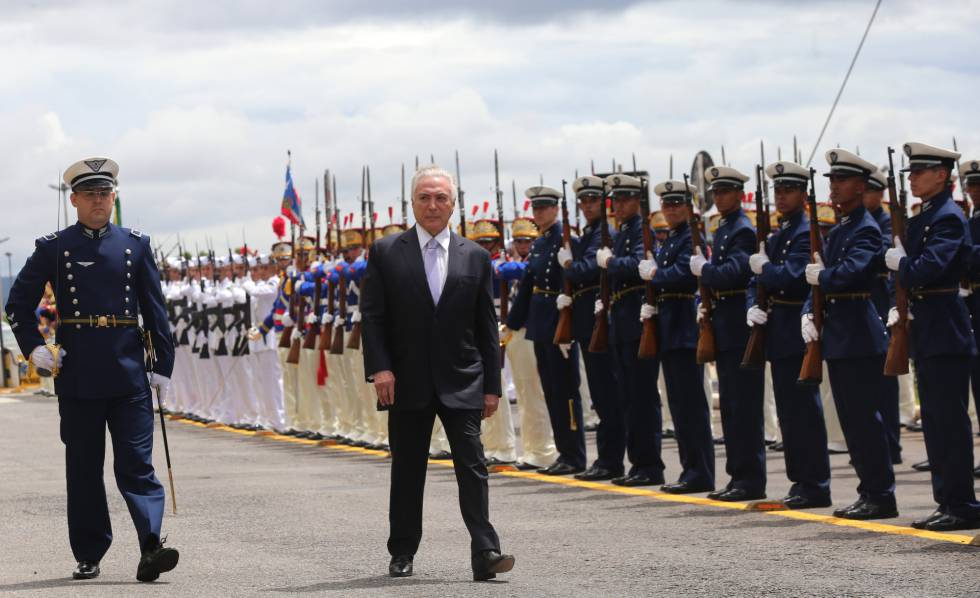 Temer passa em revista as tropas no dia 22 de fevereiro, ao chegar para reunião do Conselho Militar de Defesa.