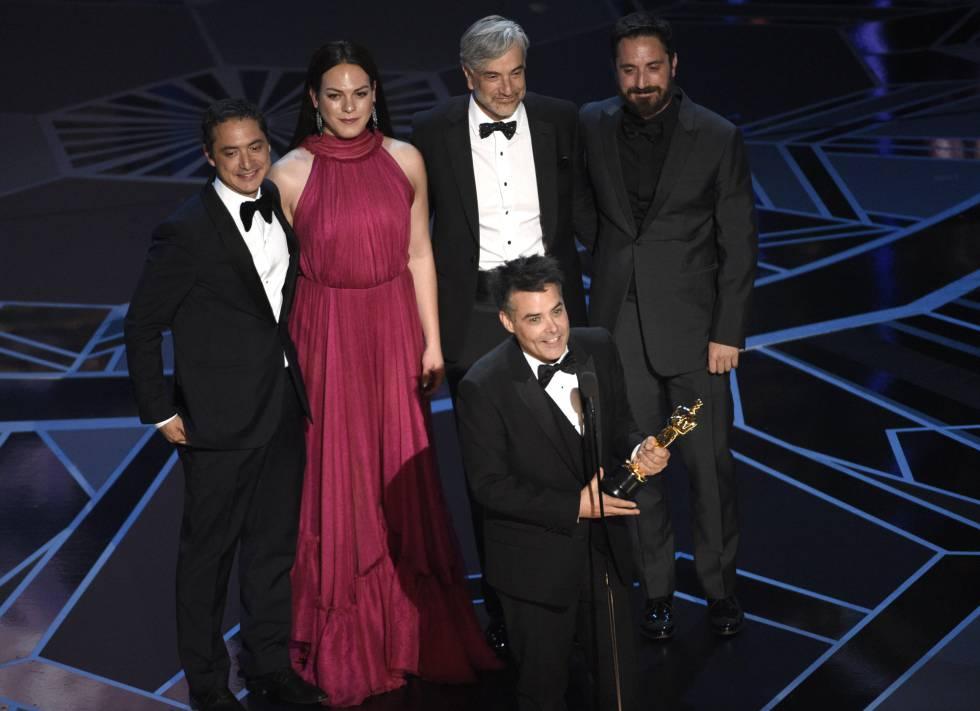 O cineasta chileno Sebastian Lelio (ao centro), que levou o Oscar de Melhor Filme Estrangeiro.