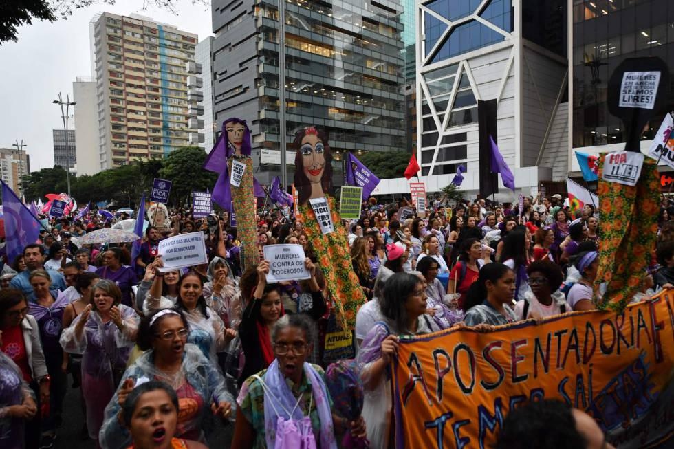 Mulheres se manifestam na avenida Paulista, em São Paulo, nesta quinta-feira.
