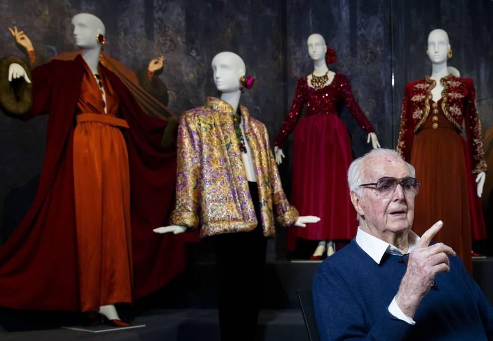 Givenchy posa em frente a alguma de suas obras em uma exposição em sua homenagem em 2016.