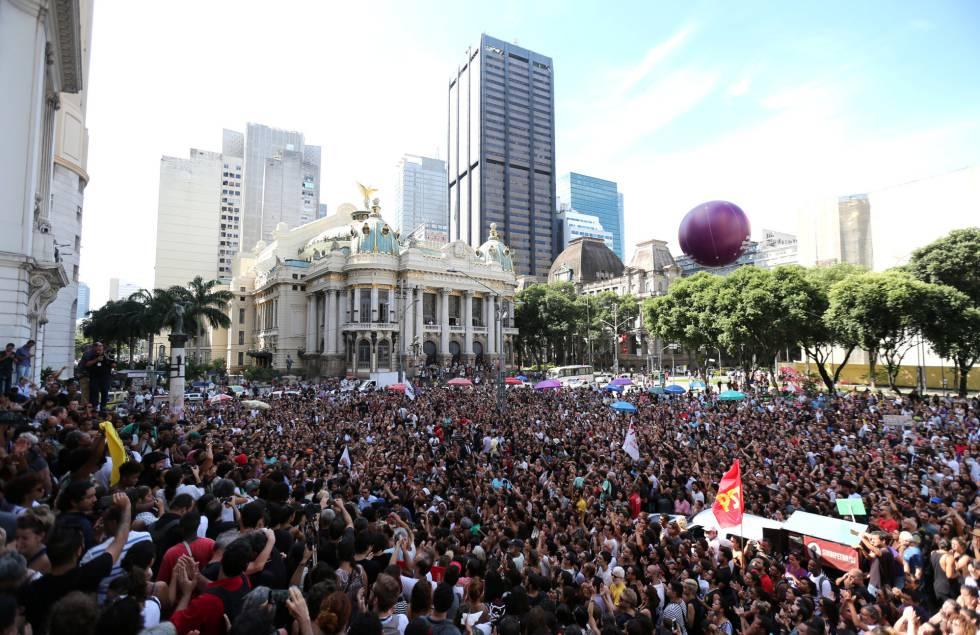 Manifestantes protestam contra os assassinatos diante da Câmara de Vereadores do Rio.