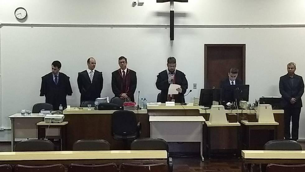 O juiz Luiz Carlos Fortes Bittencourt lê a decisão do júri no Fórum de Ponta Grossa.