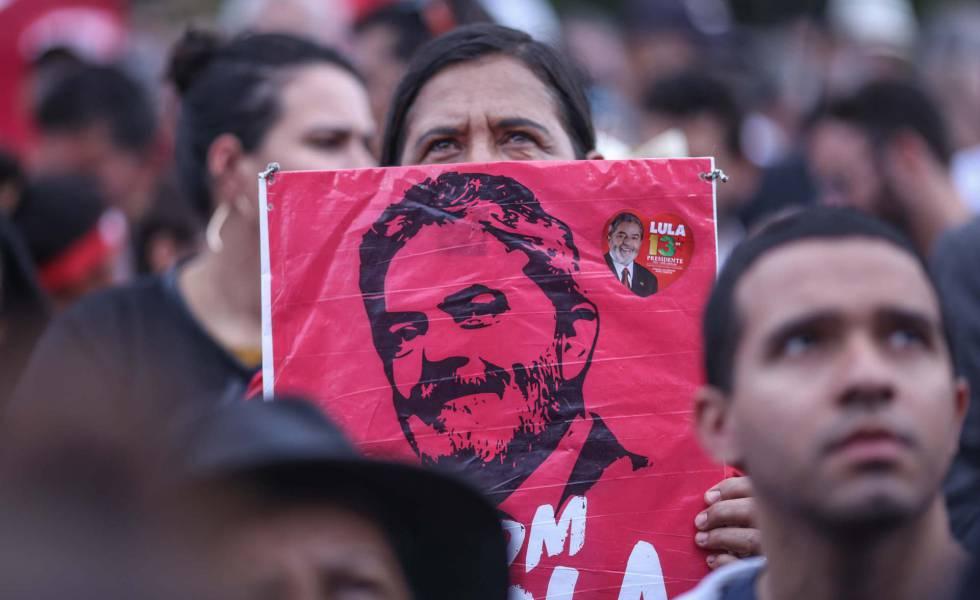 Manifestantes favoráveis ao ex-presidente se manifestam em Brasília nesta quarta-feira.
